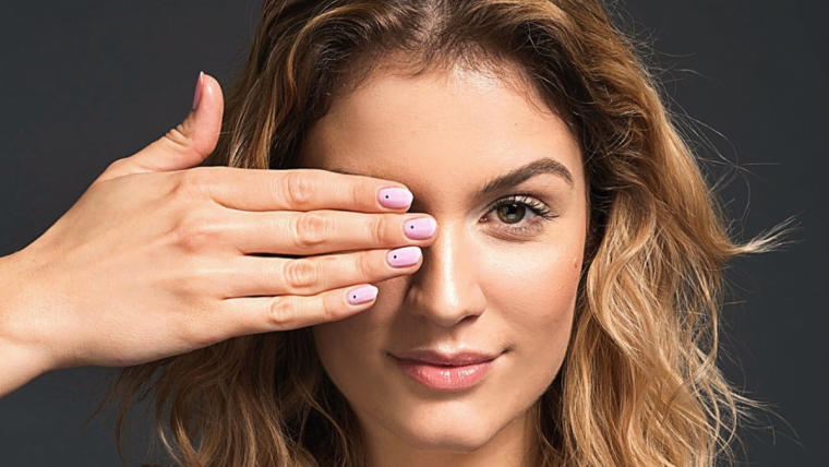 Wiosenny manicure: fuksja i kropka