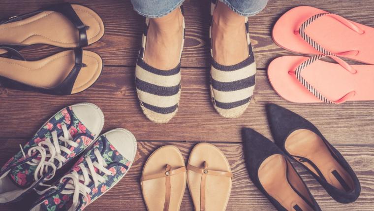 Ochrona stóp w czasie upałów. Jak uniknąć odcisków?