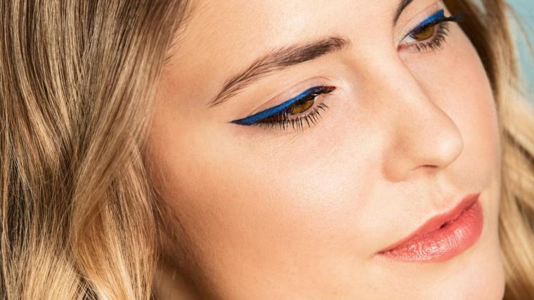 Stylowa kreska na oku! Modny niebieski makijaż