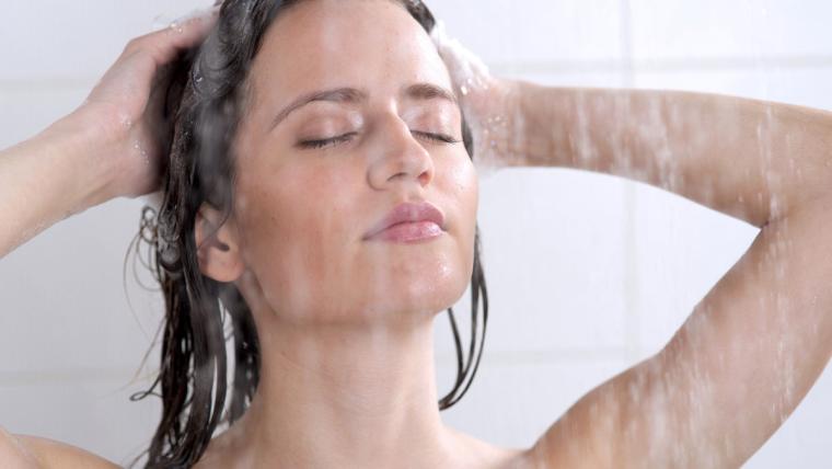 Myj włosy, nawilżając