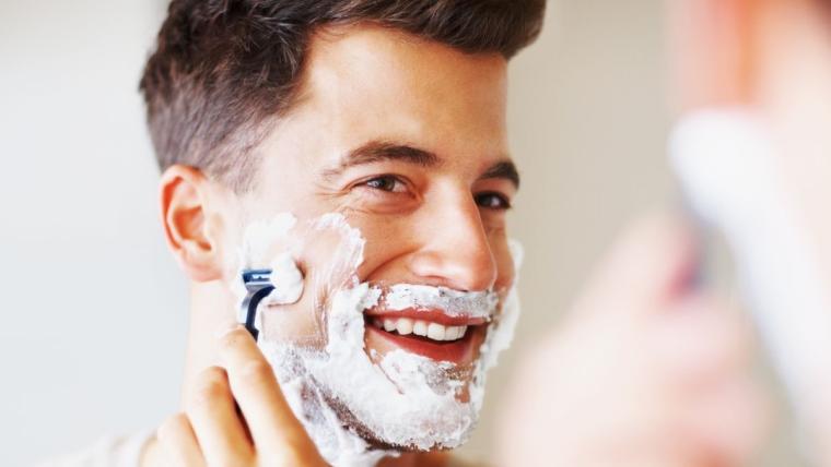Jak się golić? Maszynka do golenia zawsze z włosem